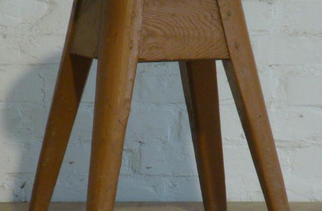 cod 3368 Sgabello legno marrone alt 50 larg 37 x 37